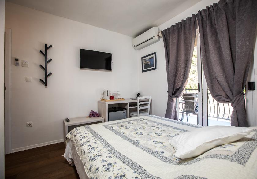 mato room bedroom with balcony
