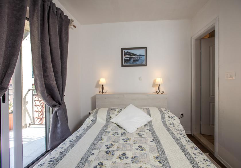 bedroom in mato room in slano